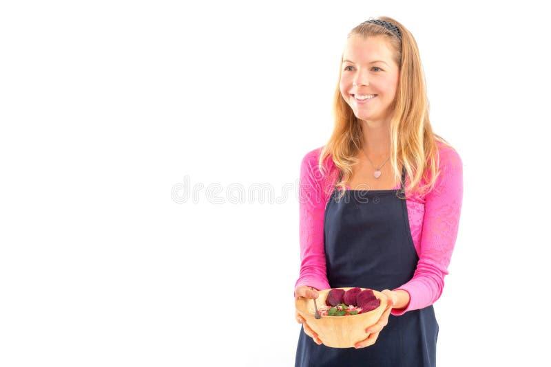 Jovem mulher que guarda o alimento saudável do vegetariano cru Bacia de bambu do conceito cru do alimento fotografia de stock royalty free