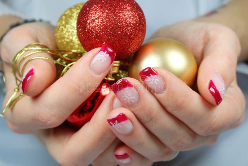 Jovem mulher que guarda ornamento do Natal em suas mãos imagem de stock