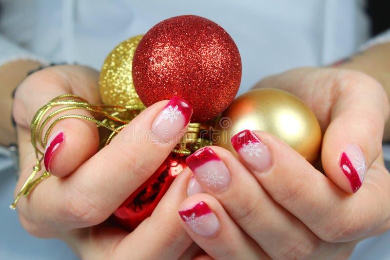 Jovem mulher que guarda ornamento do Natal em suas mãos imagens de stock