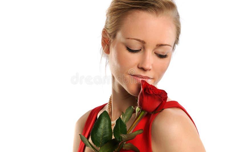 Jovem mulher que guarda Rosa imagem de stock royalty free