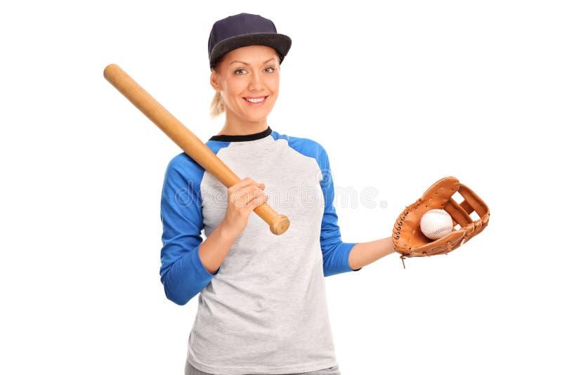 Jovem mulher que guarda um bastão de beisebol fotografia de stock