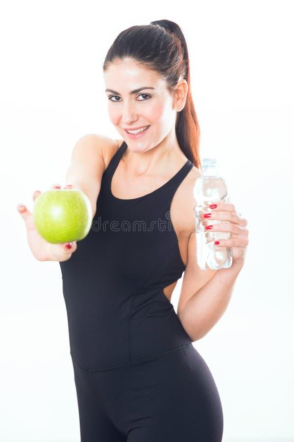 Jovem mulher que guarda uma maçã no fundo branco imagem de stock