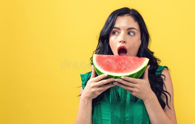Jovem mulher que guardara a melancia foto de stock royalty free