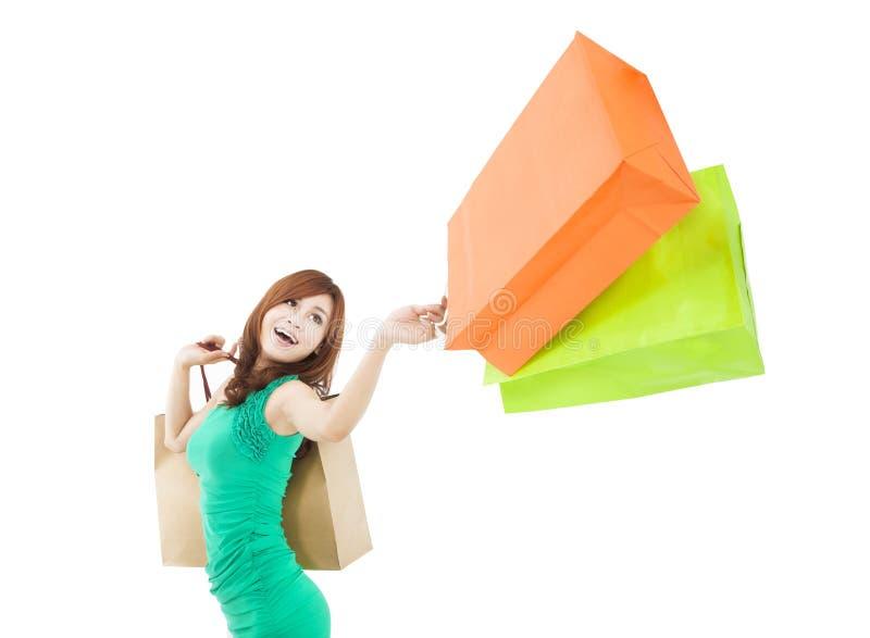 Jovem mulher que guardara o saco de compras foto de stock