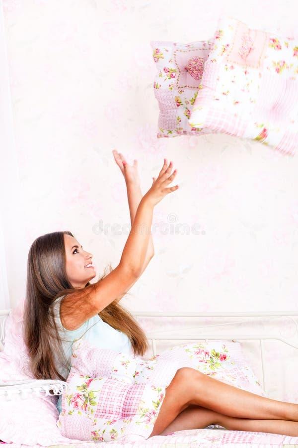 Jovem mulher que joga com descansos imagens de stock royalty free