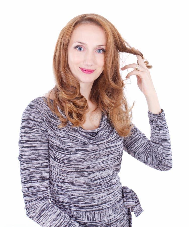Jovem mulher que joga com seu cabelo fotos de stock royalty free