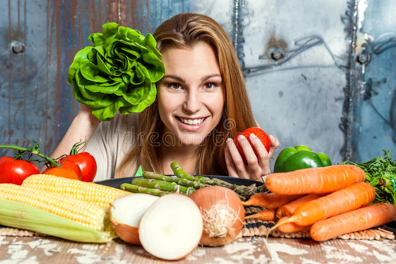 Jovem mulher que joga com vegetarianos fotografia de stock royalty free