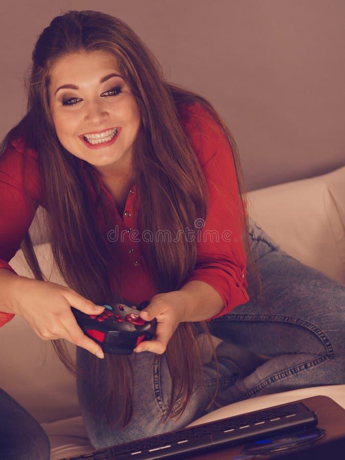 Jovem mulher que joga jogos de v?deo fotos de stock royalty free
