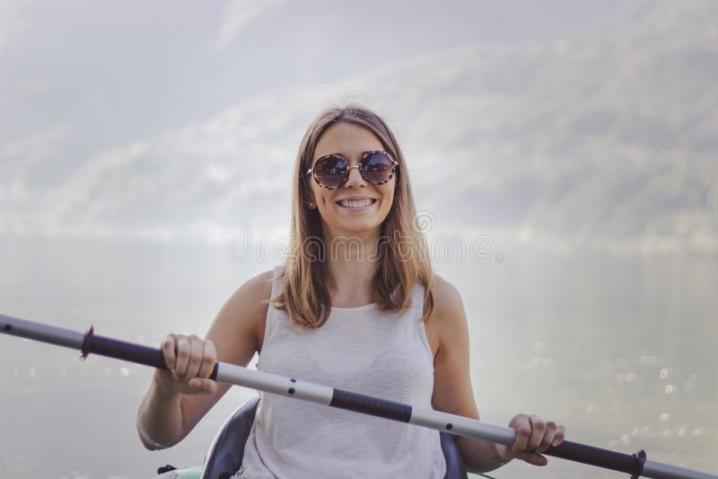 Jovem mulher que kayaking no lago foto de stock royalty free