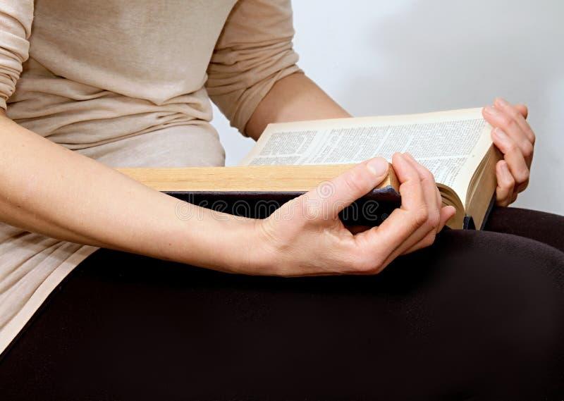 Jovem mulher que lê uma Bíblia na paz e no quiete fotos de stock
