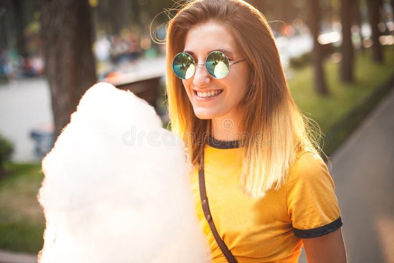 Jovem mulher que levanta com algodão doce foto de stock royalty free