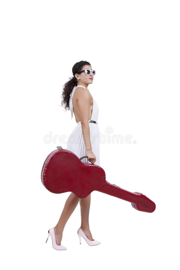 Jovem mulher que levanta com caixa da guitarra foto de stock royalty free