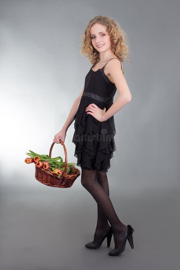 Download Jovem Mulher Que Levanta Com A Cesta Das Flores Imagem de Stock - Imagem de naughty, posing: 29826981