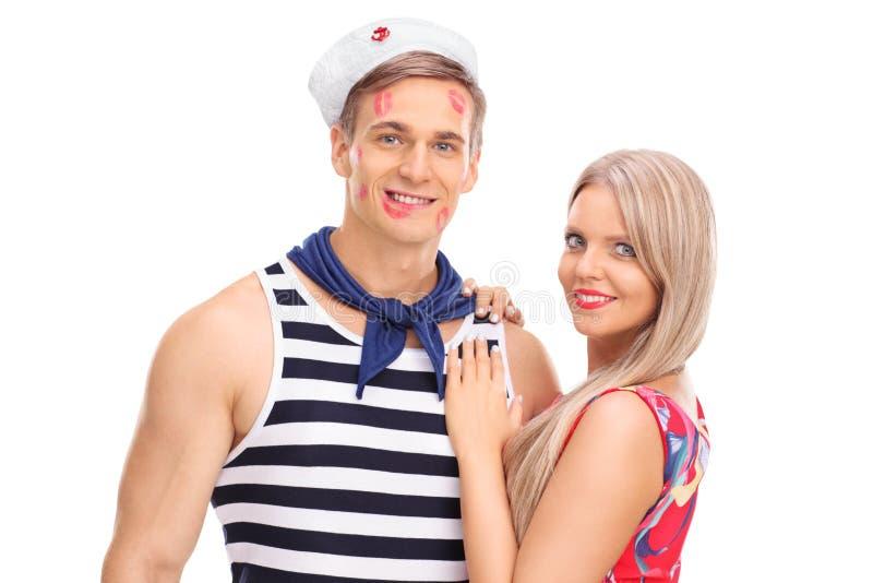 Jovem mulher que levanta com seu noivo do marinheiro imagem de stock