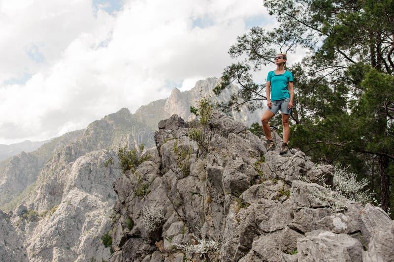 Jovem mulher que levanta no auge da montanha fotografia de stock royalty free