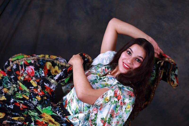 Jovem mulher que levanta no traje aciganado imagens de stock