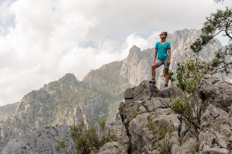 Jovem mulher que levanta sobre a montanha imagem de stock royalty free
