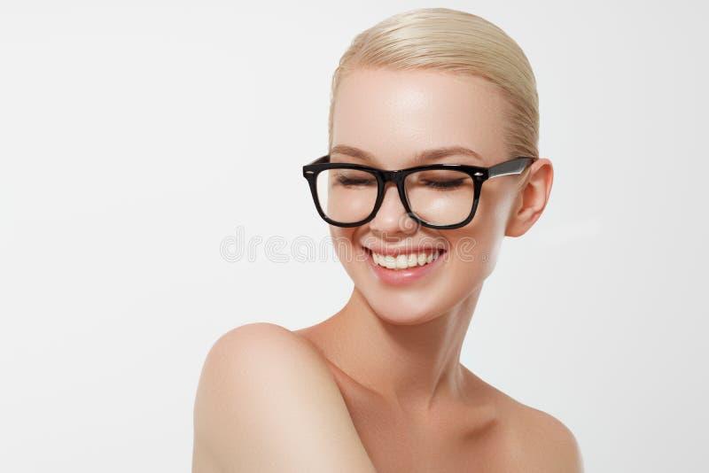 Jovem mulher que levanta sobre o fundo amarelo Retrato f?mea emocional Menina do moderno fotos de stock royalty free