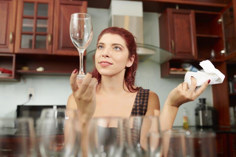 Jovem mulher que limpa vidros foto de stock