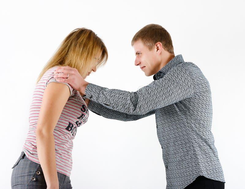 Jovem mulher que luta com um homem fotos de stock