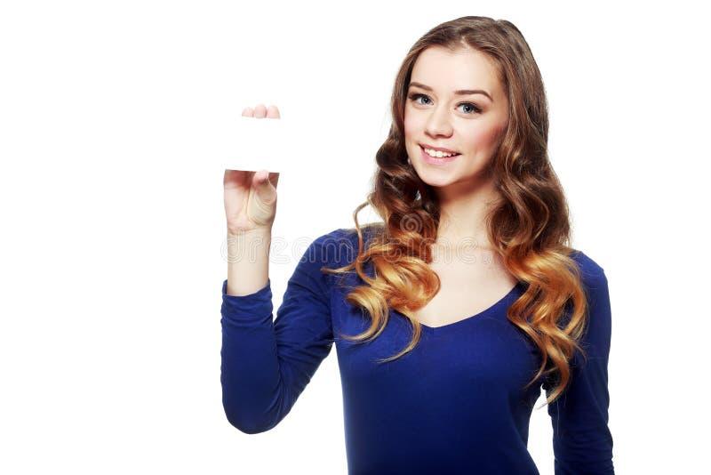 Jovem mulher que mostra o cartão vazio foto de stock royalty free