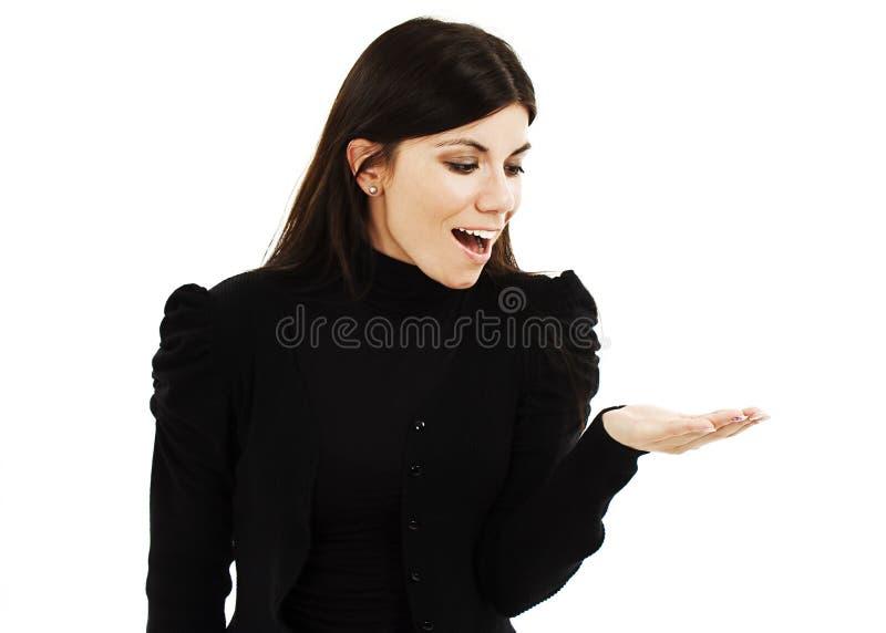 Jovem mulher que mostra o produto com a palma aberta da mão foto de stock