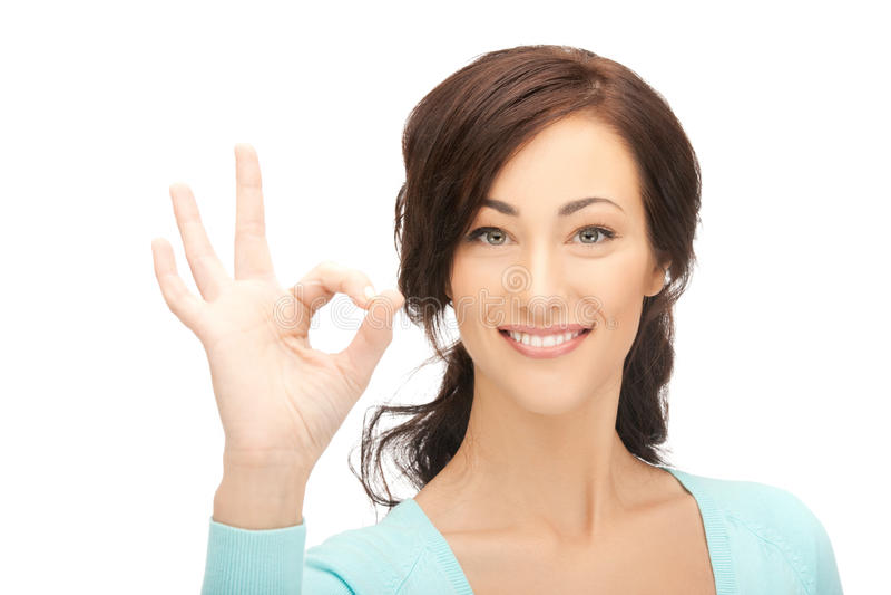 Jovem mulher que mostra o sinal aprovado imagem de stock