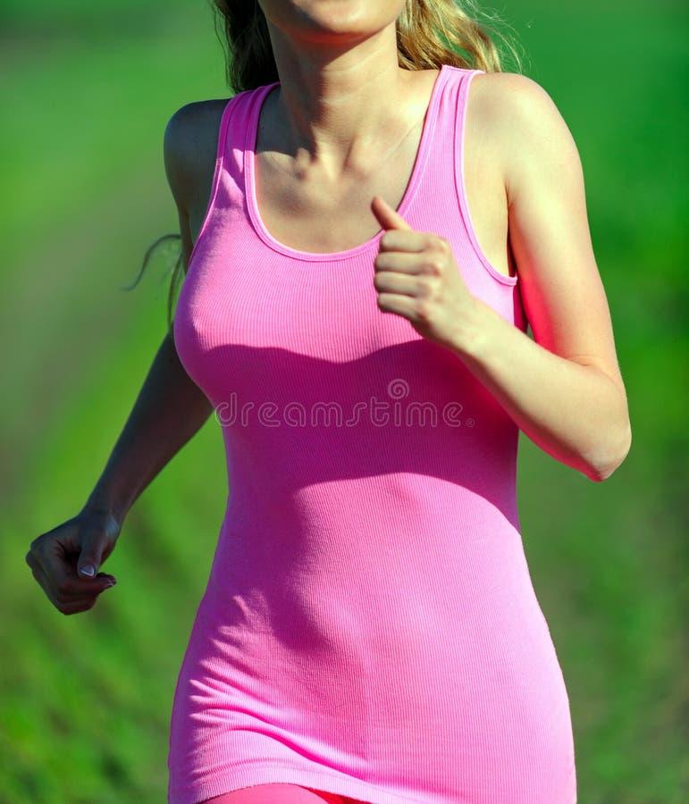 Jovem mulher que movimenta-se no parque. Saúde e aptidão. imagens de stock