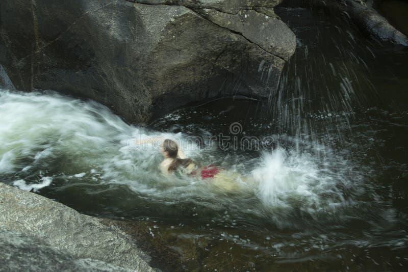 Jovem mulher que nada rio acima, contra a corrente, Sugar River, novo imagem de stock