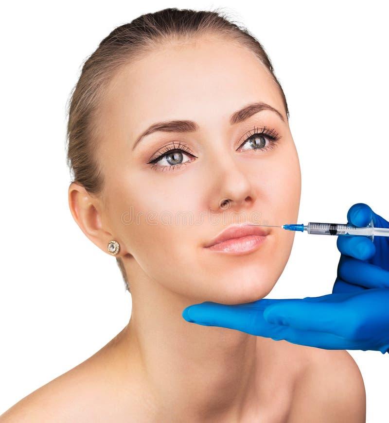 Jovem mulher que obtém a injeção cosmética imagens de stock