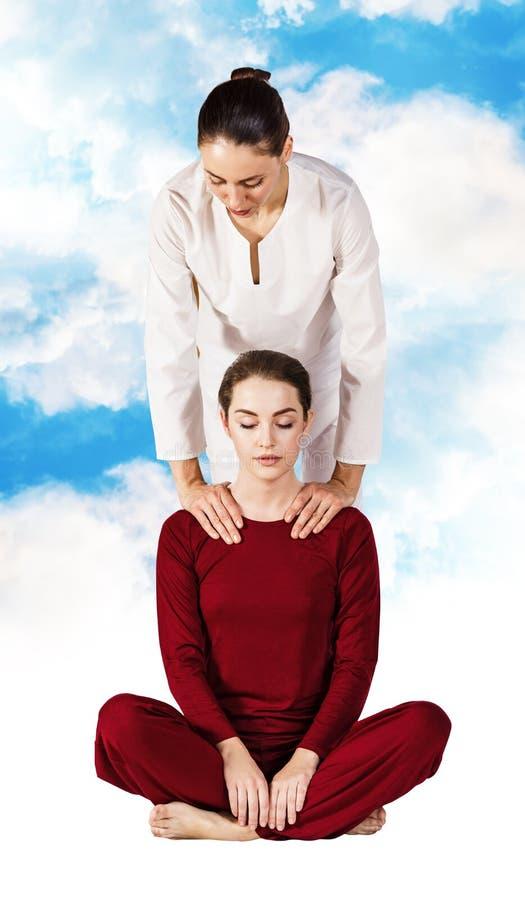 Jovem mulher que obtém a massagem de esticão tailandesa tradicional fotografia de stock