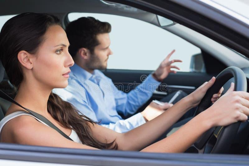 Jovem mulher que obtém uma lição de condução fotografia de stock