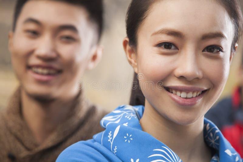 Jovem mulher que olha a câmera, retrato fotos de stock royalty free