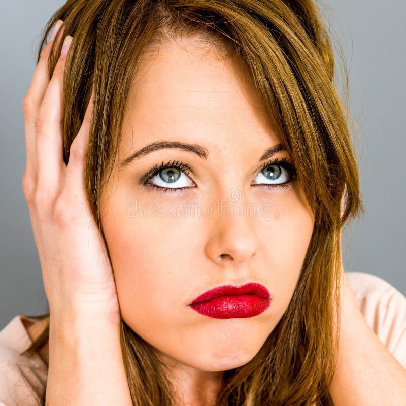 Jovem mulher que olha furada e virada fotografia de stock royalty free