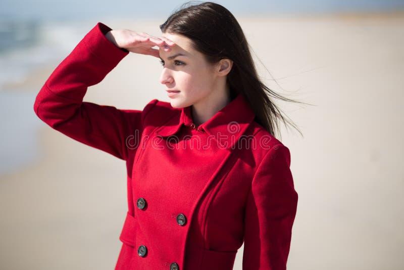Jovem mulher que olha para fora no oceano fotos de stock