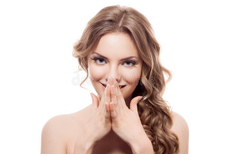 Jovem mulher que olha surpreendida e riso na palma foto de stock