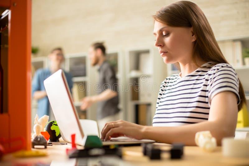Jovem mulher que opera a impressora 3D fotografia de stock royalty free
