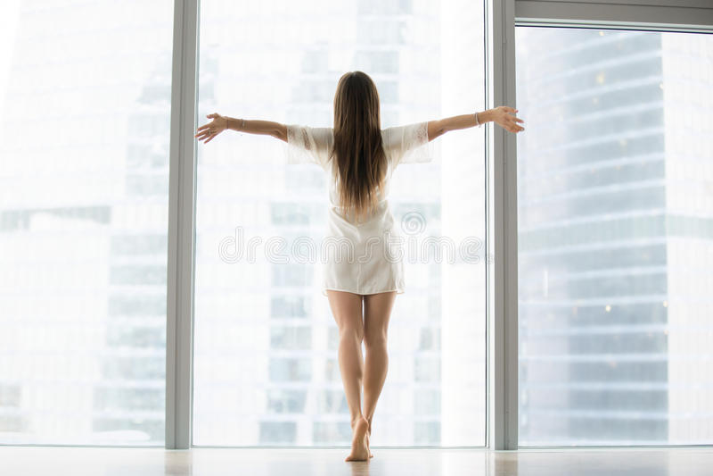 Jovem mulher que outstretching seus braços foto de stock