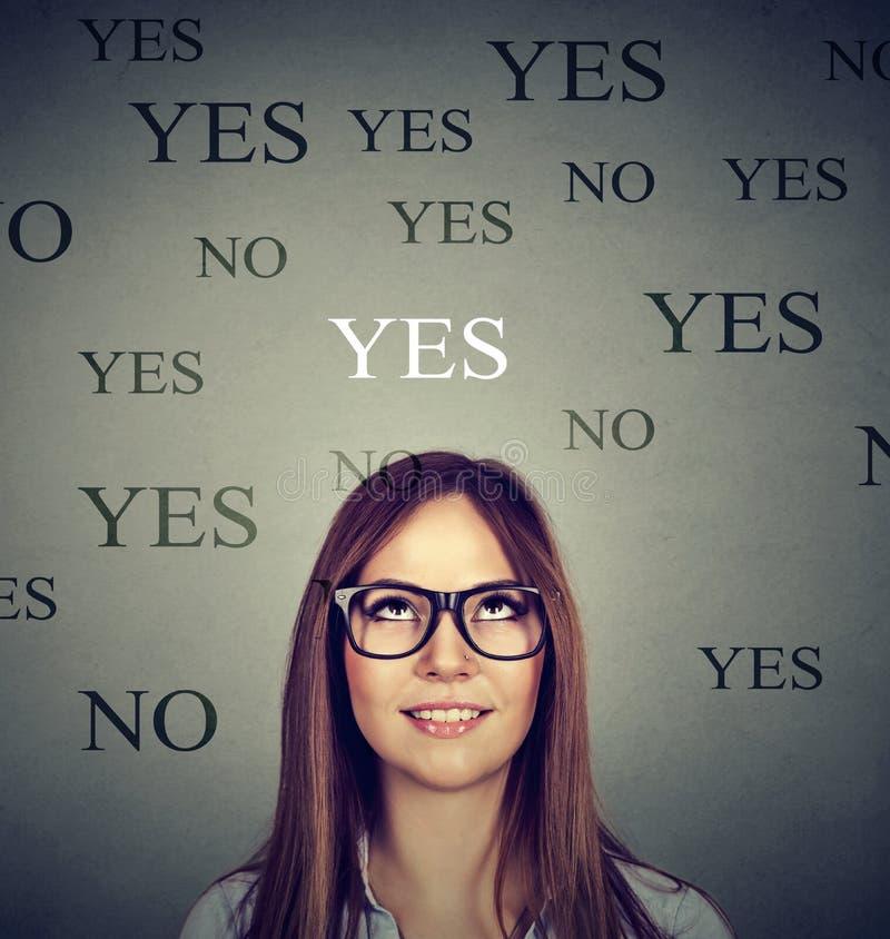 Jovem mulher que pensam sim ou não imagens de stock