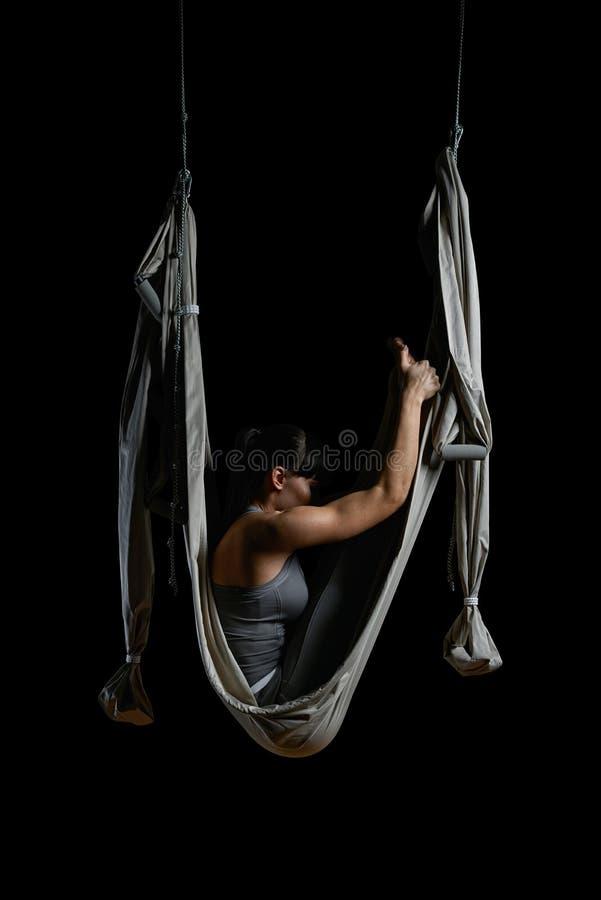 Jovem mulher que pratica a rede aérea da ioga fotografia de stock royalty free