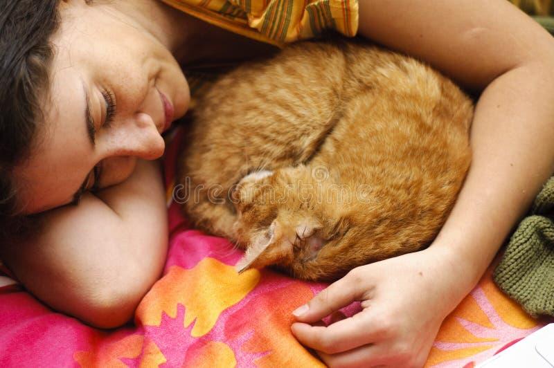 Jovem mulher que protege o gato ferido foto de stock royalty free
