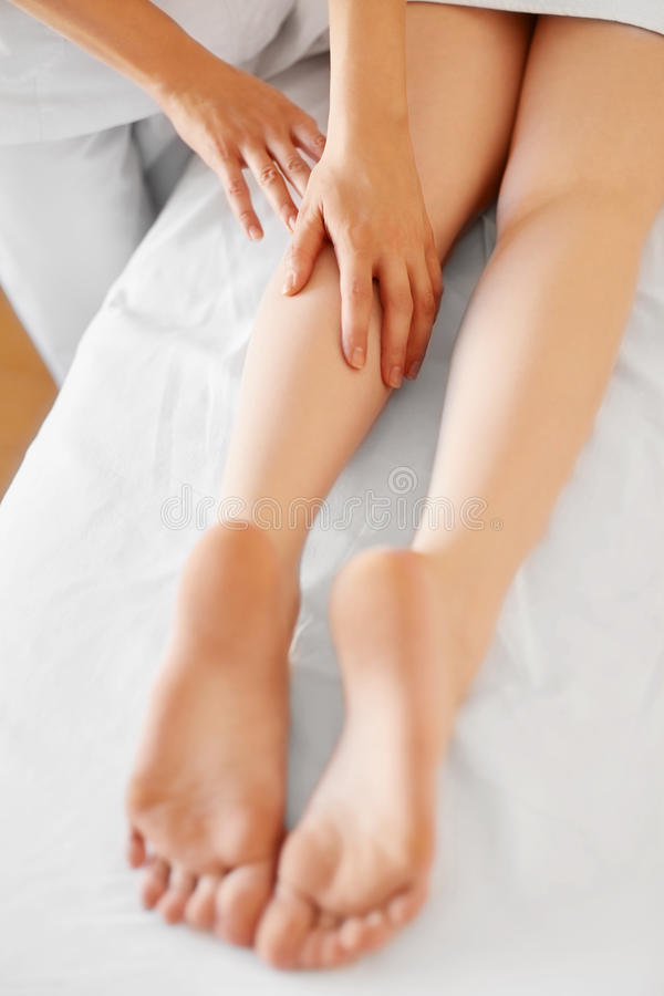 Jovem mulher que recebe a massagem do pé no centro dos termas Cuidado do corpo imagens de stock