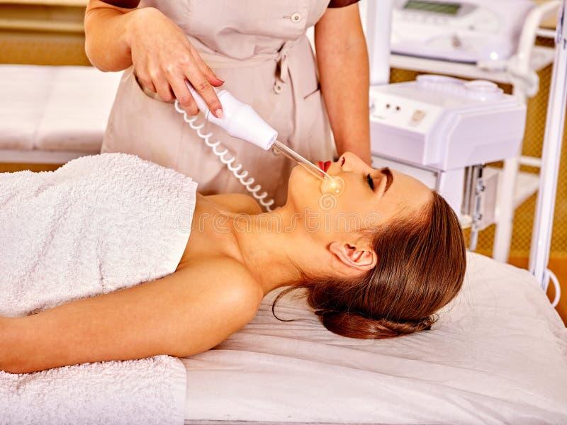 Jovem mulher que recebe a massagem facial elétrica fotos de stock