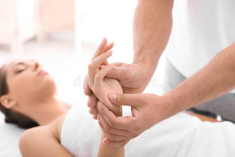Jovem mulher que recebe a massagem no salão de beleza fotografia de stock royalty free