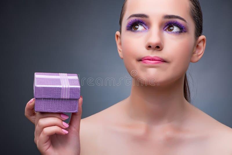 A jovem mulher que recebe o giftbox pequeno fotografia de stock royalty free