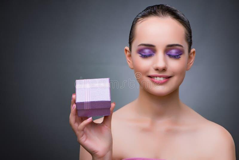 A jovem mulher que recebe o giftbox pequeno imagem de stock royalty free