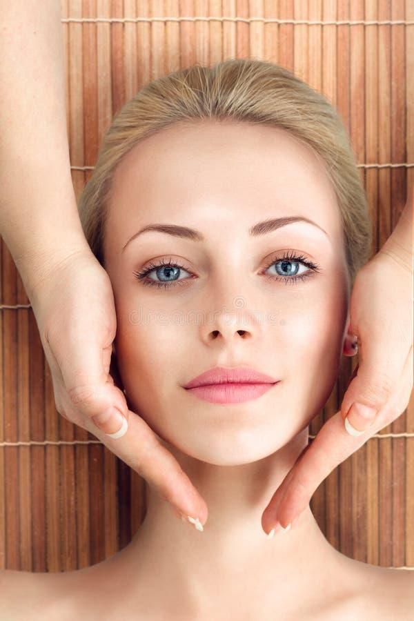 Jovem mulher que relaxa com massagem nos termas imagem de stock royalty free