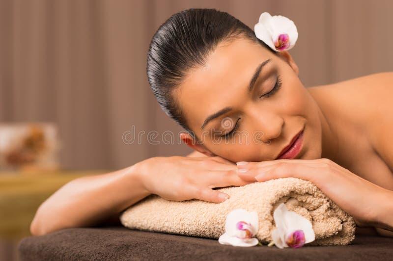 Jovem mulher que relaxa em termas fotografia de stock