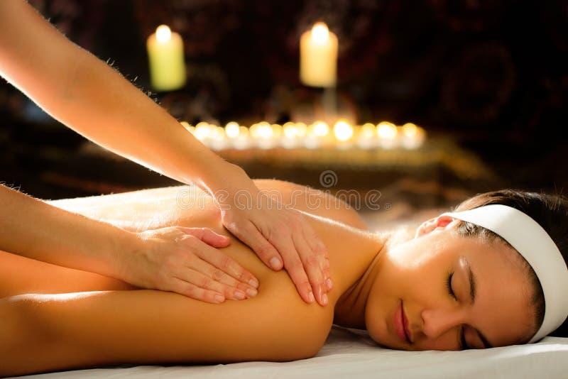 Jovem mulher que relaxa em termas da massagem do ayurveda imagem de stock