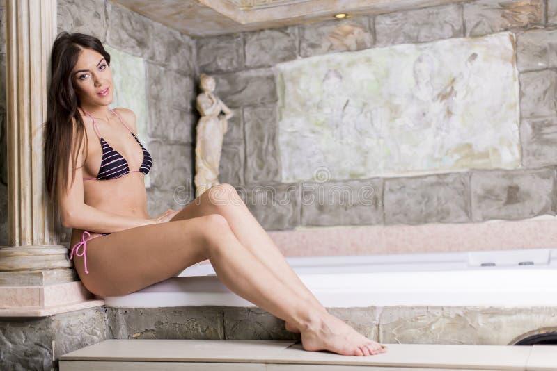 Download Jovem Mulher Bonita Que Relaxa Na Banheira De Hidromassagem Foto de Stock - Imagem de menina, cabelo: 29834586
